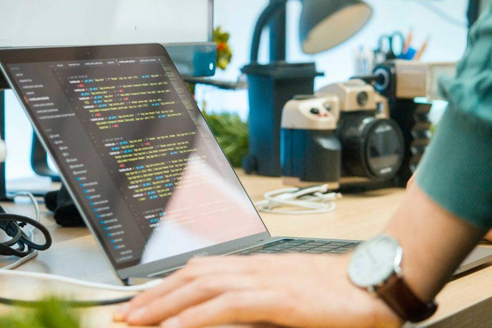 Ein Techniker konfiguriert eine Schnittstelle.