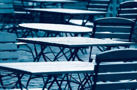 Leere Tische vor einem Restaurant
