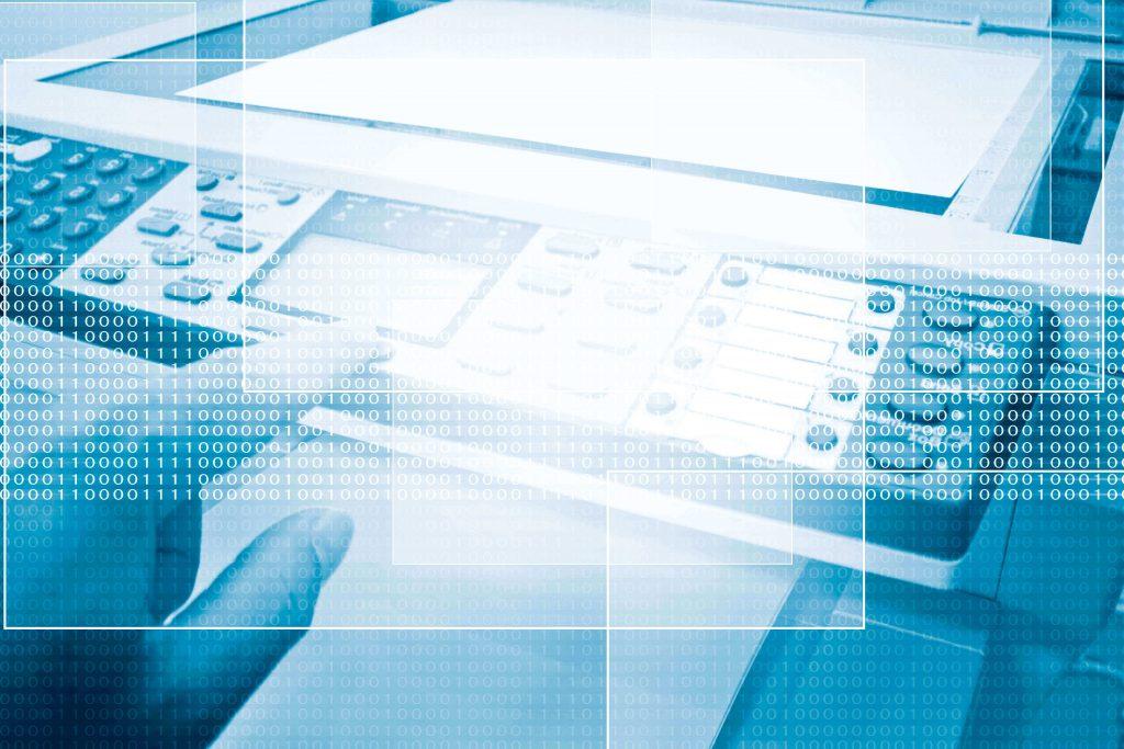 Finger klickt auf Button eines Fax-Geräts